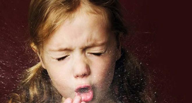Con ho kéo dài, mặt mũi tím tái khiến mẹ phải cảnh giác với căn bệnh nhiễm khuẩn cấp tính vào mùa đông xuân này - Ảnh 2.