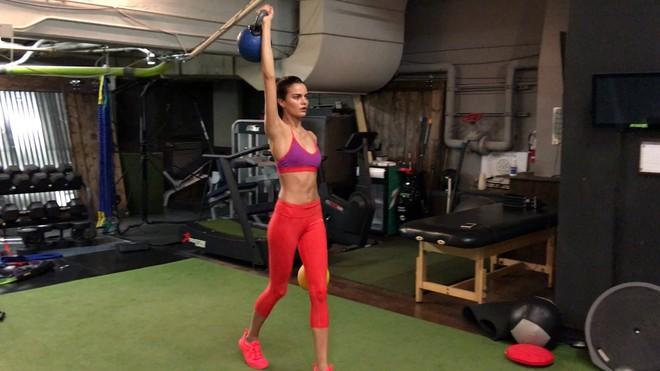 Muốn đẹp như siêu mẫu Barbara Fialho, chị em nên tập tạ theo cách này để giữ dáng - Ảnh 4.