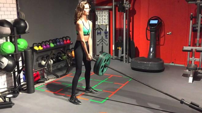 Muốn đẹp như siêu mẫu Barbara Fialho, chị em nên tập tạ theo cách này để giữ dáng - Ảnh 3.