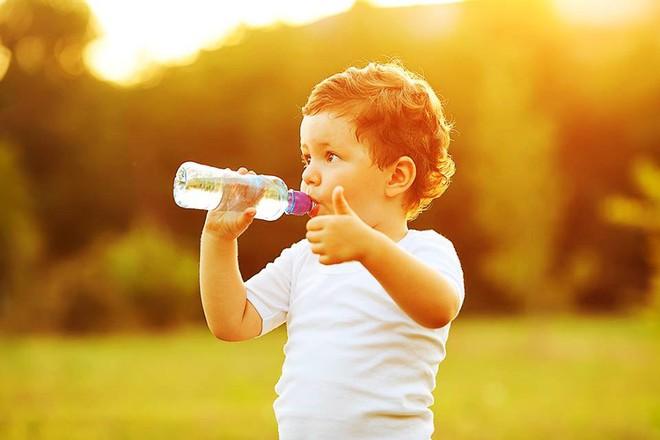 6 cách bù nước đúng đắn khi chăm sóc trẻ ốm sốt, tiêu chảy để con không xảy ra tình trạng càng uống càng nôn - Ảnh 3.