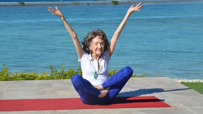 Giáo viên dạy yoga 99 tuổi chia sẻ 3 bí mật già mà dẻo, khỏe, ai nghe qua cũng quá đỗi ngạc nhiên - Ảnh 3.