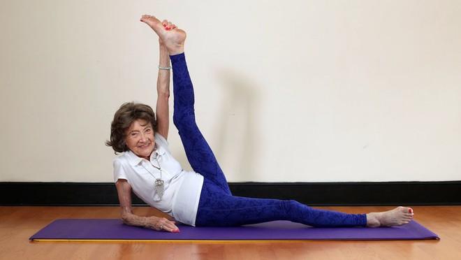 Giáo viên dạy yoga 99 tuổi chia sẻ 3 bí mật già mà dẻo, khỏe, ai nghe qua cũng quá đỗi ngạc nhiên - Ảnh 7.