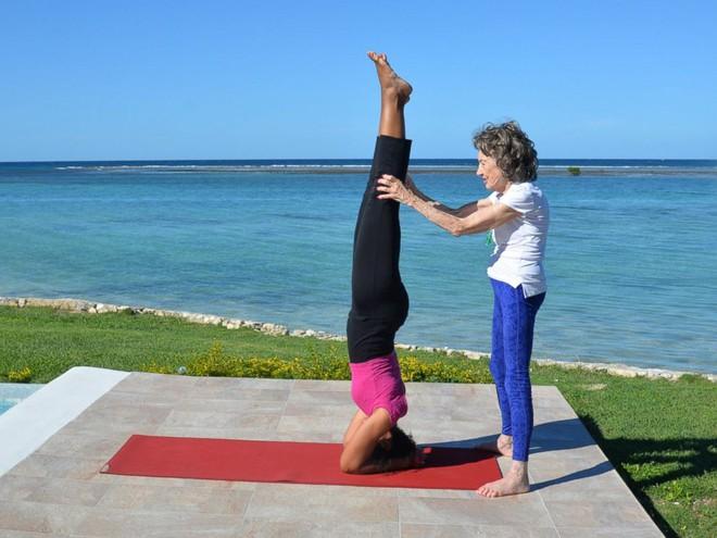 Giáo viên dạy yoga 99 tuổi chia sẻ 3 bí mật già mà dẻo, khỏe, ai nghe qua cũng quá đỗi ngạc nhiên - Ảnh 4.