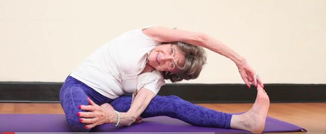 Giáo viên dạy yoga 99 tuổi chia sẻ 3 bí mật già mà dẻo, khỏe, ai nghe qua cũng quá đỗi ngạc nhiên - Ảnh 5.