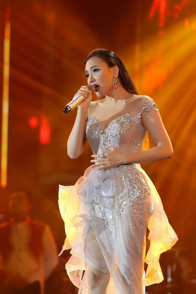 Hồ Quỳnh Hương diện váy xuyên thấu, lộng lẫy như nữ hoàng - Ảnh 1.