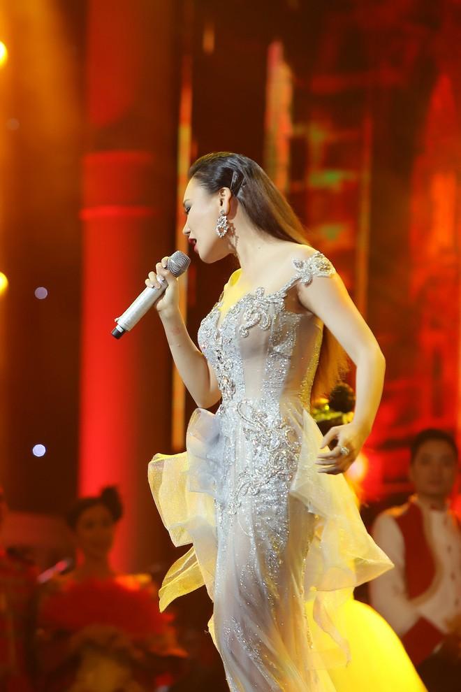 Hồ Quỳnh Hương diện váy xuyên thấu, lộng lẫy như nữ hoàng - Ảnh 2.