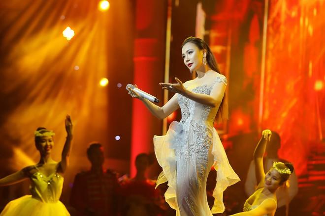 Hồ Quỳnh Hương diện váy xuyên thấu, lộng lẫy như nữ hoàng - Ảnh 6.