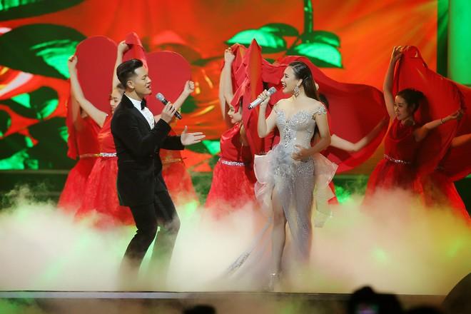 Hồ Quỳnh Hương diện váy xuyên thấu, lộng lẫy như nữ hoàng - Ảnh 4.