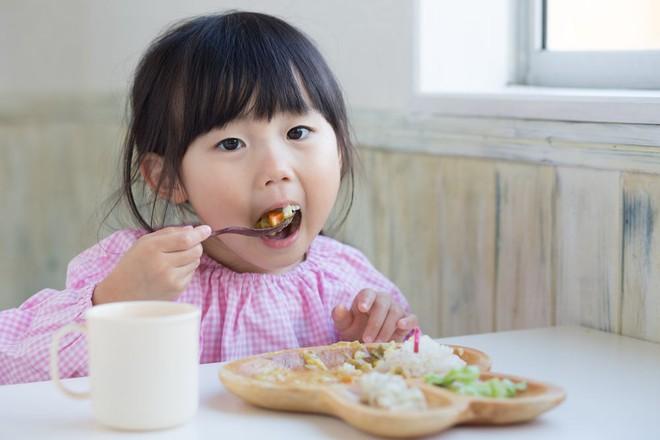 6 nguyên tắc mọi bà mẹ cần biết để bé ăn dặm thun thút ngay từ ngày đầu tiên - Ảnh 3.