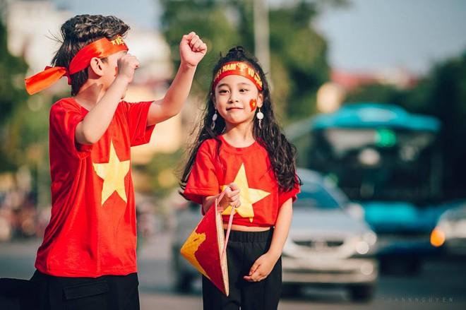Hừng hực khí thế qua bộ ảnh hai mẫu nhí rủ nhau xuống đường cổ vũ Việt Nam vô địch - Ảnh 12.