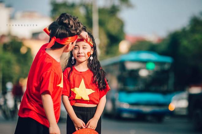 Hừng hực khí thế qua bộ ảnh hai mẫu nhí rủ nhau xuống đường cổ vũ Việt Nam vô địch - Ảnh 13.