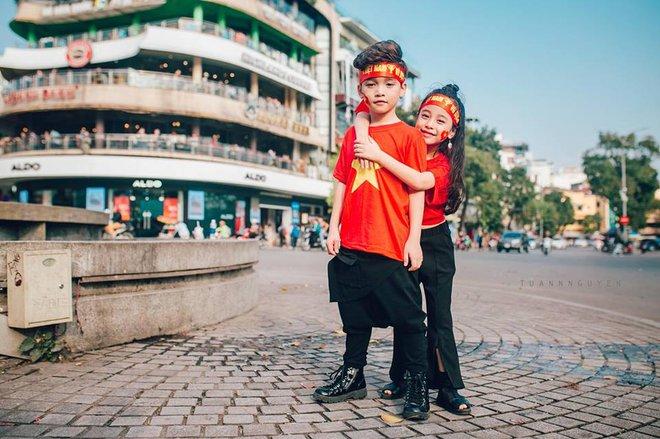 Hừng hực khí thế qua bộ ảnh hai mẫu nhí rủ nhau xuống đường cổ vũ Việt Nam vô địch - Ảnh 17.