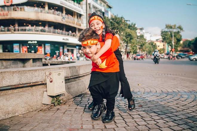 Hừng hực khí thế qua bộ ảnh hai mẫu nhí rủ nhau xuống đường cổ vũ Việt Nam vô địch - Ảnh 18.