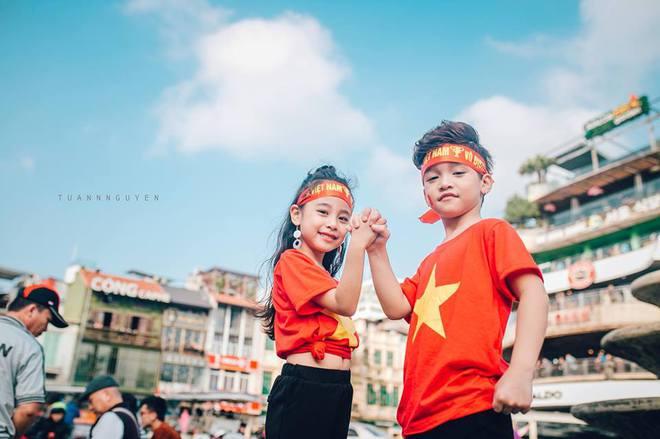 Hừng hực khí thế qua bộ ảnh hai mẫu nhí rủ nhau xuống đường cổ vũ Việt Nam vô địch - Ảnh 20.