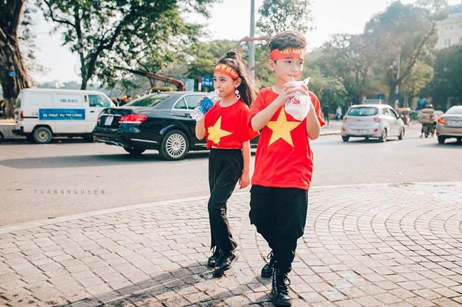 Hừng hực khí thế qua bộ ảnh hai mẫu nhí rủ nhau xuống đường cổ vũ Việt Nam vô địch - Ảnh 25.