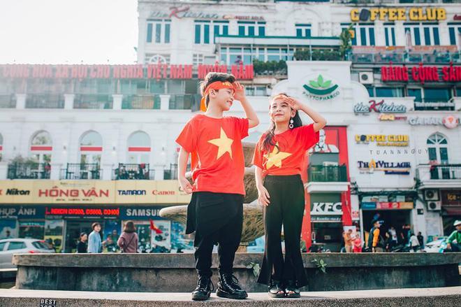 Hừng hực khí thế qua bộ ảnh hai mẫu nhí rủ nhau xuống đường cổ vũ Việt Nam vô địch - Ảnh 26.