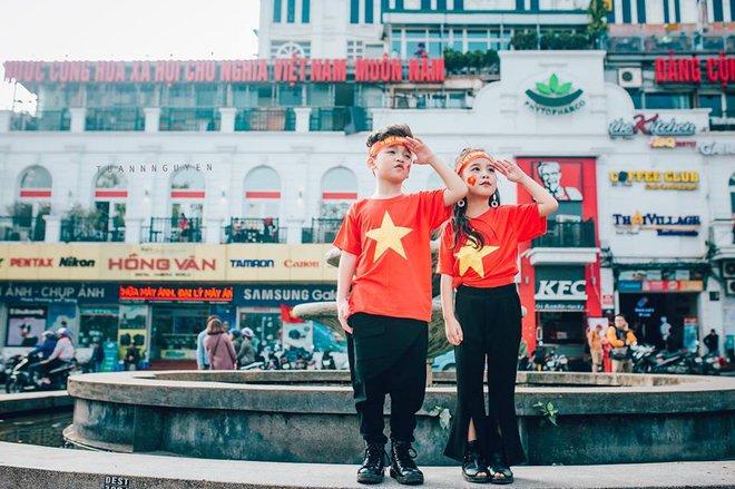 Hừng hực khí thế qua bộ ảnh hai mẫu nhí rủ nhau xuống đường cổ vũ Việt Nam vô địch - Ảnh 27.