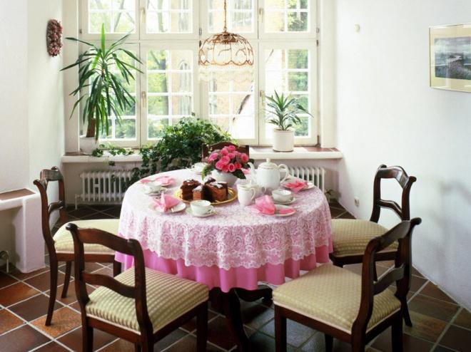 5 cách giúp bàn ăn đẹp lãng mạn và ấm cúng trong những ngày đầu năm - Ảnh 3.