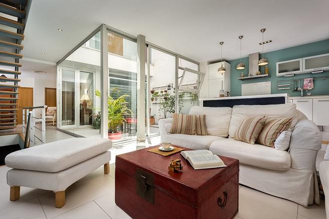 Tạo hẳn một giếng trời rộng 25m² khi thiết kế nhà, cặp vợ chồng này khiến ai cũng phải kinh ngạc - Ảnh 1.