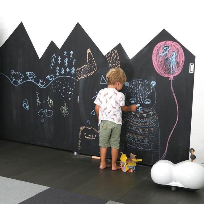 Những kiểu trang trí tường đen thật đẹp mắt trong phòng ngủ của các bé - Ảnh 2.