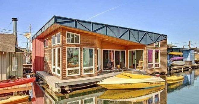 Ngôi nhà nổi trên mặt hồ với đầy đủ các phòng chức năng lúc nào cũng tràn ngập ánh sáng - Ảnh 1.