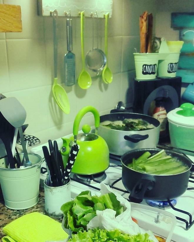 Cụ bà 75 tuổi khiến mọi người phấn khích với cuộc sống trong ngôi nhà chỉ toàn màu xanh lá - Ảnh 5.