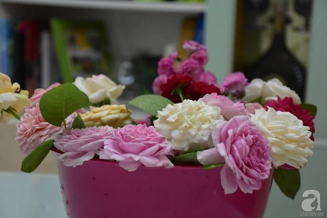 Ngắm ban công chỉ vỏn vẹn 2,2m² nhưng có tới hơn 20 chậu hồng thơm ngát ở Sài Gòn - Ảnh 15.