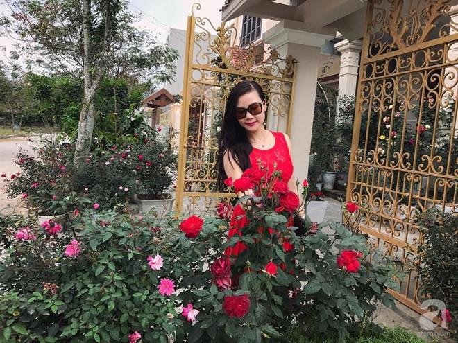 Khoảng sân nhỏ nhưng có những chậu hồng sai hoa, đẹp ngất ngây của mẹ hai con ở Hòa Bình - Ảnh 2.
