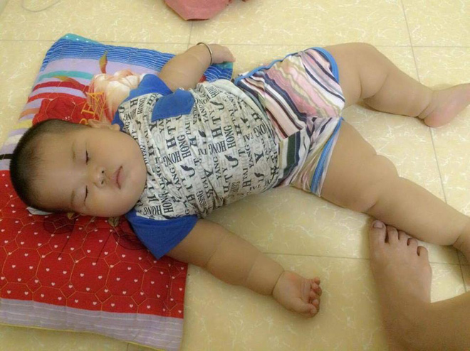 Cậu bé bú sữa mẹ hoàn toàn, 8 tháng nặng 16kg, tay chân đầy ngấn - Ảnh 3.