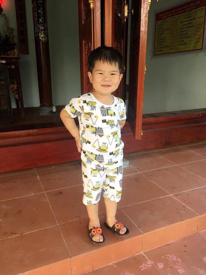 Cậu bé bú sữa mẹ hoàn toàn, 8 tháng nặng 16kg, tay chân đầy ngấn - Ảnh 8.