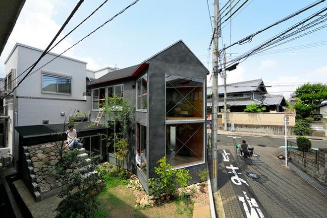 Ngôi nhà hai tầng đẹp lạ lùng được thiết kế theo phong cách tối giản nhìn xa như một cây nấm nhỏ ở Nhật - Ảnh 1.