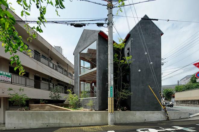 Ngôi nhà hai tầng đẹp lạ lùng được thiết kế theo phong cách tối giản nhìn xa như một cây nấm nhỏ ở Nhật - Ảnh 2.