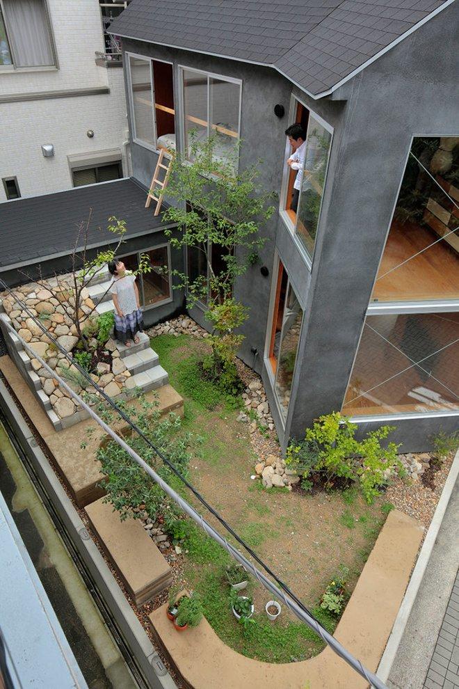 Ngôi nhà hai tầng đẹp lạ lùng được thiết kế theo phong cách tối giản nhìn xa như một cây nấm nhỏ ở Nhật - Ảnh 4.