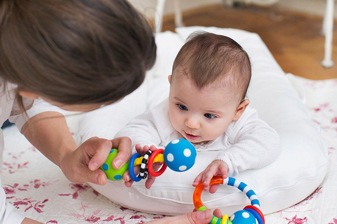 Để con lớn lên không bị bẹp đầu, đây là những việc bố mẹ nên làm ngay sau khi con lọt lòng - Ảnh 2.