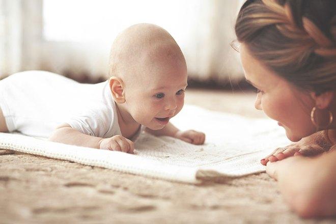 Để con lớn lên không bị bẹp đầu, đây là những việc bố mẹ nên làm ngay sau khi con lọt lòng - Ảnh 3.
