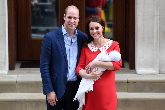 Các mẹ trầm trồ với việc Hoàng tử William quấn chăn gọn gàng cho con gái mới sinh nằm trong nôi - Ảnh 2.