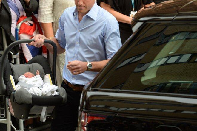 Các mẹ trầm trồ với việc Hoàng tử William quấn chăn gọn gàng cho con gái mới sinh nằm trong nôi - Ảnh 3.