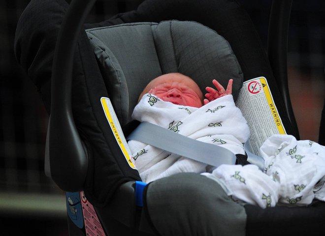 Các mẹ trầm trồ với việc Hoàng tử William quấn chăn gọn gàng cho con gái mới sinh nằm trong nôi - Ảnh 4.
