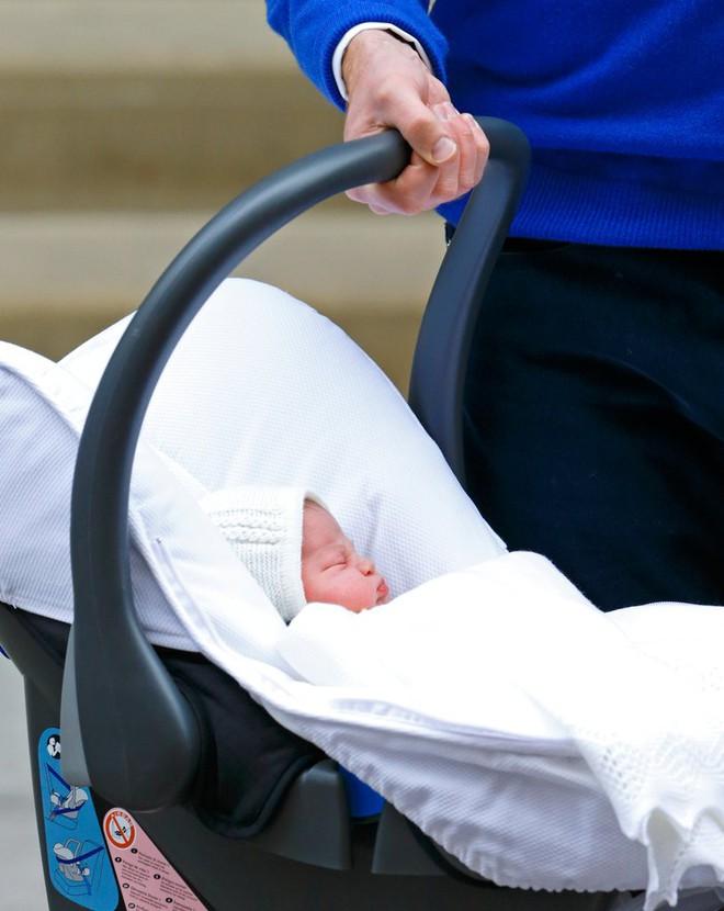 Các mẹ trầm trồ với việc Hoàng tử William quấn chăn gọn gàng cho con gái mới sinh nằm trong nôi - Ảnh 5.