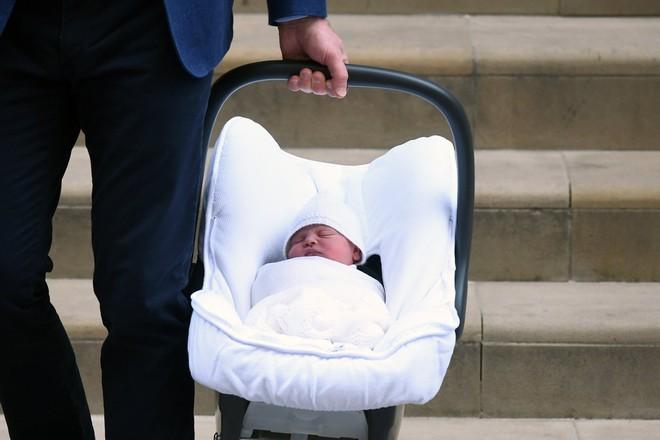 Các mẹ trầm trồ với việc Hoàng tử William quấn chăn gọn gàng cho con gái mới sinh nằm trong nôi - Ảnh 7.