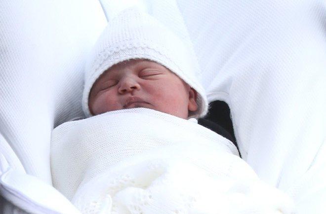 Các mẹ trầm trồ với việc Hoàng tử William quấn chăn gọn gàng cho con gái mới sinh nằm trong nôi - Ảnh 8.