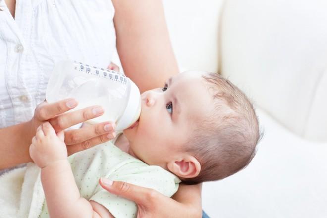 Những lý do khiến bé bỏ bú mẹ và cách giúp bé bú mẹ trở lại - Ảnh 1.