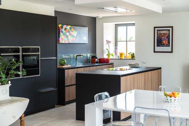 Sử dụng màu đen trong trang trí bếp: Kết quả vừa sạch vừa đẹp đến khó tin - Ảnh 2.