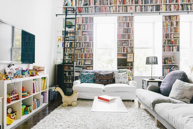 Mục sở thị căn phòng khách của những mọt sách chân chính xem có gì lạ, có gì hay - Ảnh 2.