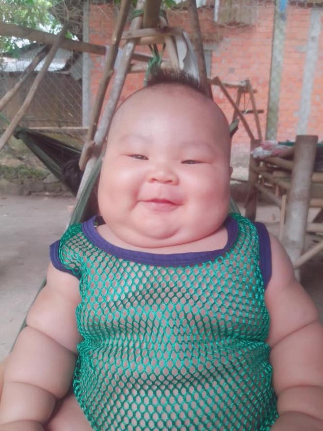 Cậu bé 3 tháng tuổi tròn lẳn như Phật Di Lặc khiến các mẹ mê mệt hóa ra chỉ nuôi bằng sữa mẹ hoàn toàn - Ảnh 4.