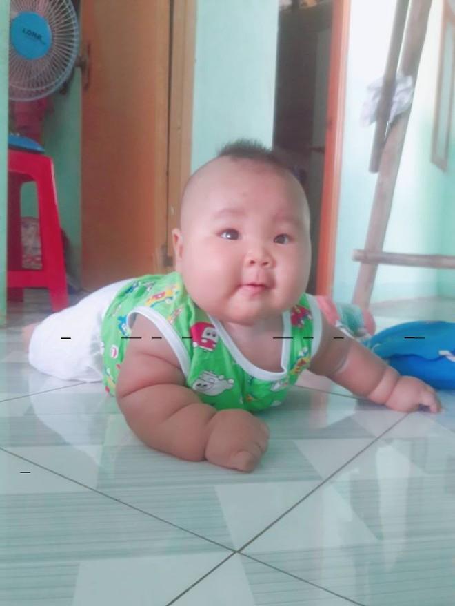 Cậu bé 3 tháng tuổi tròn lẳn như Phật Di Lặc khiến các mẹ mê mệt hóa ra chỉ nuôi bằng sữa mẹ hoàn toàn - Ảnh 12.