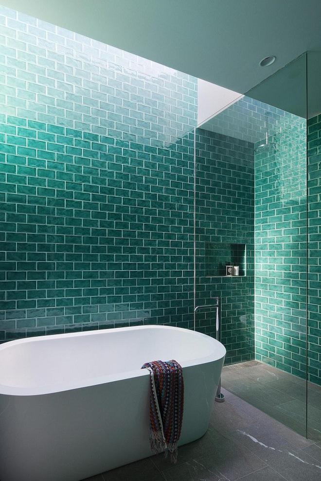 Chọn màu ngọc lam cho nhà tắm chính là xu hướng thiết kế mới nhất trong năm tới - Ảnh 1.