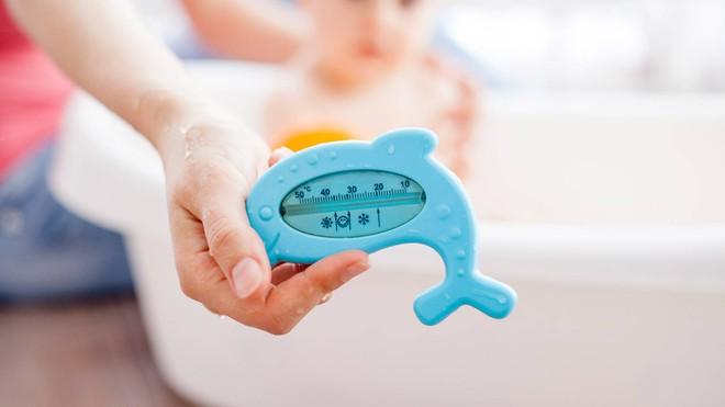 Điểm danh những lỗi cha mẹ rất hay mắc phải khi tắm cho trẻ sơ sinh - Ảnh 1.