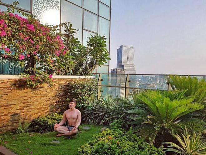 Ngắm căn hộ rộng đến 200m² và khu vườn view đẹp như trong mơ của nam ca sĩ Nathan Lee ở ngay Q1, Sài Gòn - Ảnh 1.