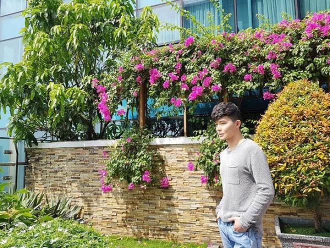 Ngắm căn hộ rộng đến 200m² và khu vườn view đẹp như trong mơ của nam ca sĩ Nathan Lee ở ngay Q1, Sài Gòn - Ảnh 2.